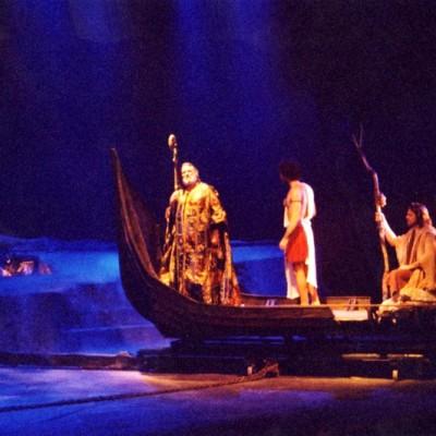 Barco Cenográfico : Executado a partir de placas de borracha moduladas  e escultura  em alto e baixo relevo imitando madeira antiga .