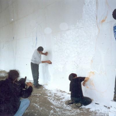 O artista Dudi Maia Rosa, trabalhando na parte frontal da escultura de um grande painel de Isopor de 18 metros de comprimento por 5 metros de altura.