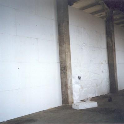 Parte traseira do mural, escultura em menor escala entre colunas.
