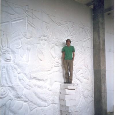 Parte traseira do mural, escultura em menor escala entre colunas. Detalhe da dimensão