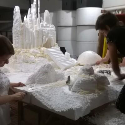 Maquete sendo esculpida em isopor, fase finalização